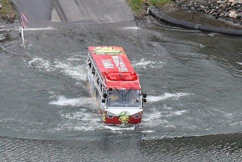 湖に浮かぶ水陸両用バス
