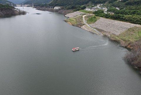 やんばあがつま湖を遊覧する水陸両用バス