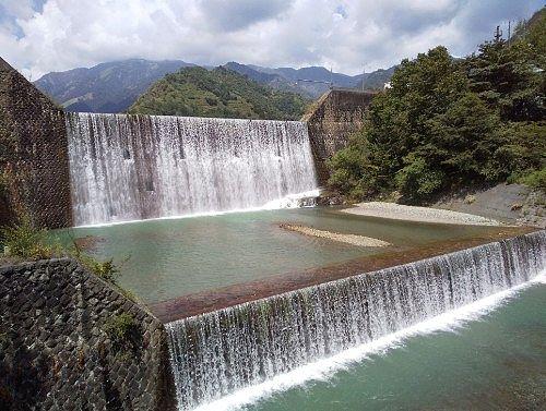 銅橋から見える砂防ダムから流れ落ちる水流