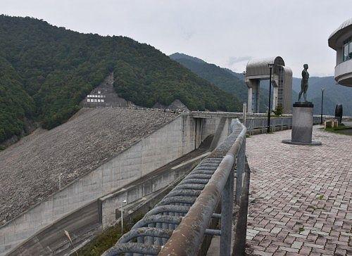 ダム上から見た奈良俣ダム
