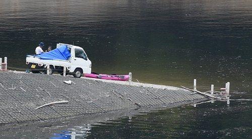 奥利根湖にカヌーを降ろす