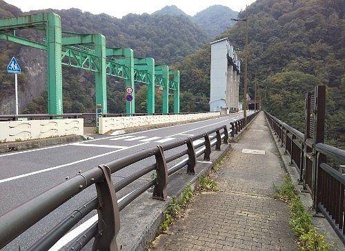 藤原ダムの天端道路