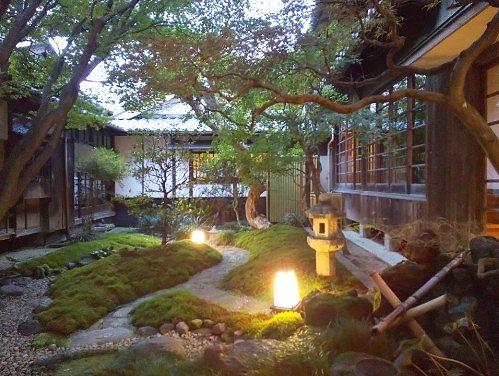 夕暮れの中庭