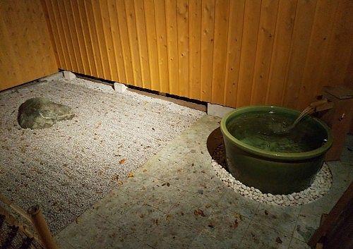 露天風呂と枯山水