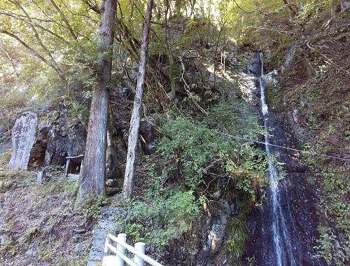 馬頭観世音と滝