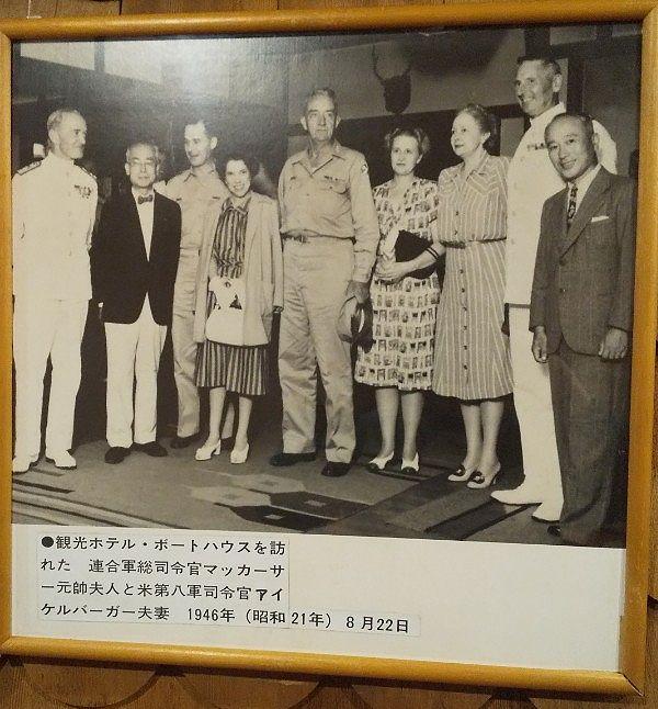 中禅寺湖畔ボートハウスを訪れた連合軍司令官マッカーサー元帥夫人と米第八軍司令官アイケルバーガー夫妻