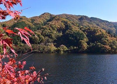 みかげ原展望地から見た草木湖紅葉