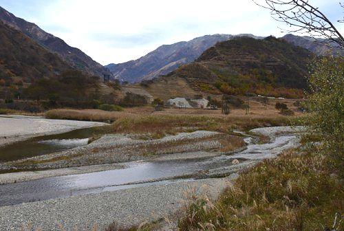 秋の砂防ダム上