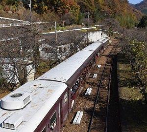神戸駅を走るわたらせ渓谷号