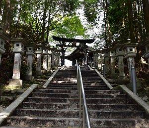 遥拝殿への石段