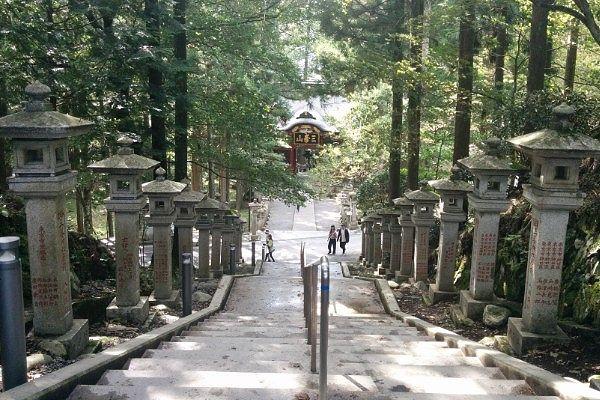 石灯籠並ぶ石段と隋神門