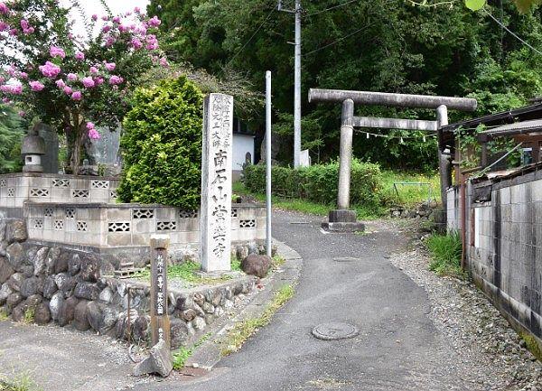 常楽寺参道入口と参道からずれた鳥居