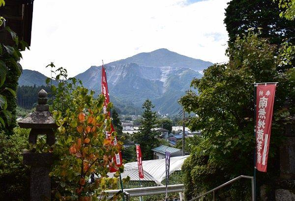 卜雲寺石段からの武甲山の景色