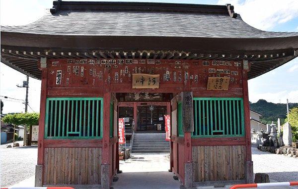 小川山語歌堂の山門