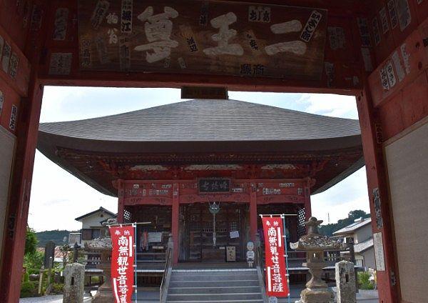 山門をくぐりながら見れた小川山語歌堂