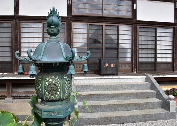 長興寺本堂前