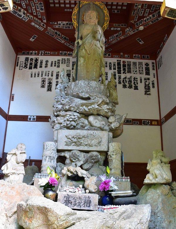 お堂にあった石仏