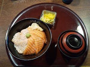 炙りサーモンとサーモン2色丼