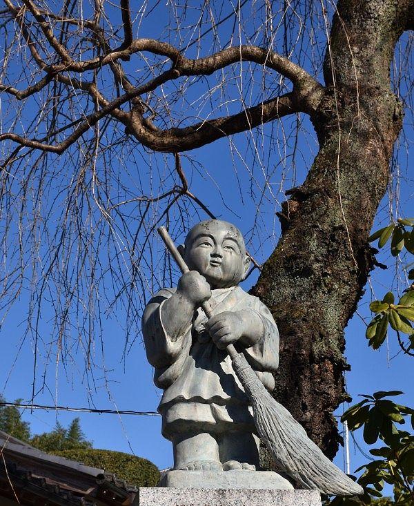 しだれ桜と坊主像