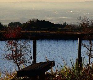 瓢箪沼と奥の市街地