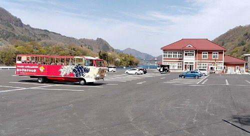 八ッ場湖の駅丸岩停車中の水陸両用バス