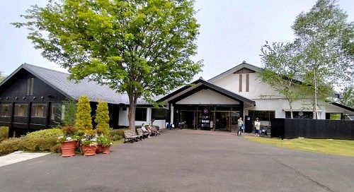 美野原食堂(食事/喫茶)と中之条ガーデンショップ(お土産)の建物