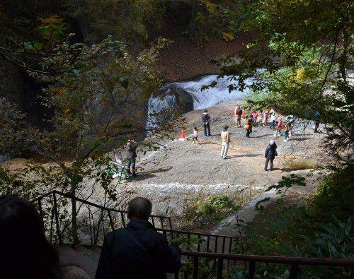 階段を降り切れば目の前は滝