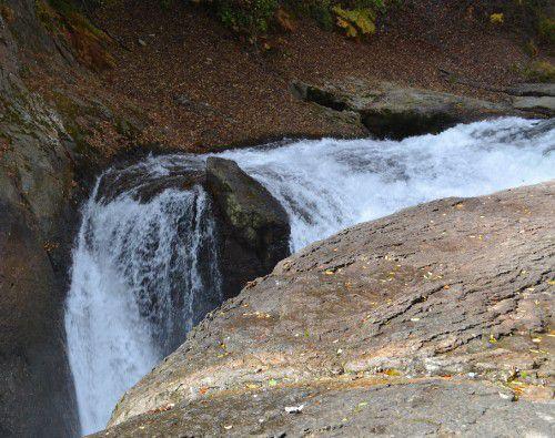 岩の上を流れる鱒飛の滝