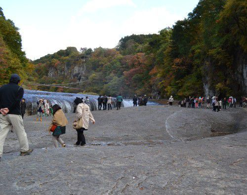 吹割の滝前の大勢の観光客の様子