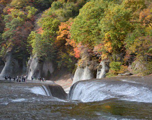 吹割の滝を横から見た