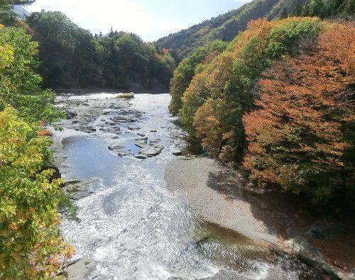 吹割橋から見た千畳敷と夫婦岩