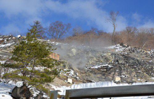白煙を上げる親油爆裂火口跡