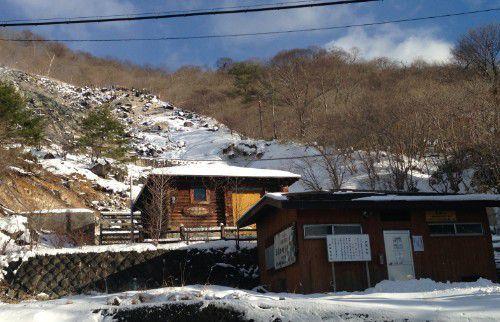 寺の湯と公衆トイレの建物と新湯爆裂噴火口跡