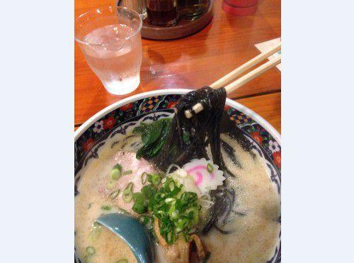 真っ黒な竹炭麺