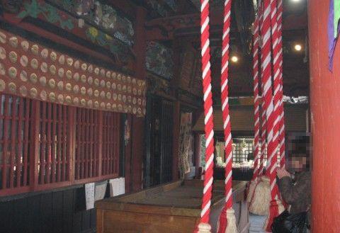本堂で参拝の様子