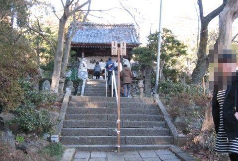 泉龍院の山門前の石段の様子