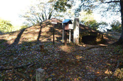 西山古墳石室前