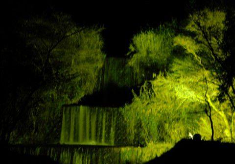 ライトアップされた滝