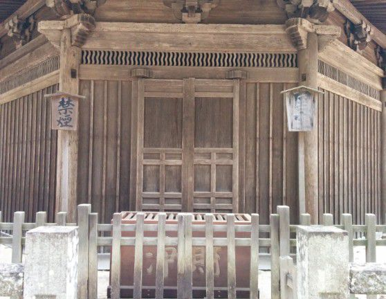 国宝八角三重塔の入口正面