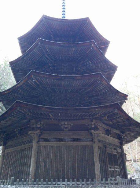 下から見た国宝八角三重塔