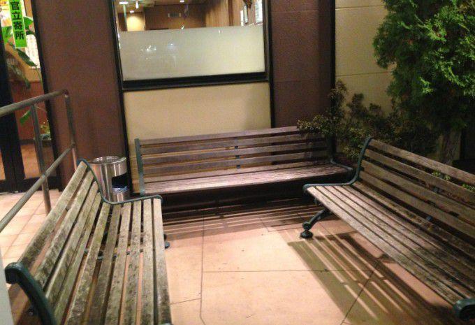 安楽亭太田高林店前のベンチ