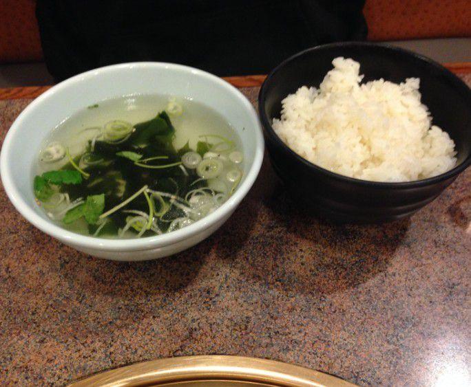 ご飯とワカメスープ