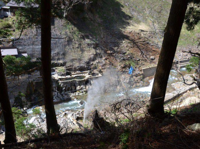 崖の下に噴泉