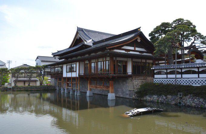 境内の中の建物と池