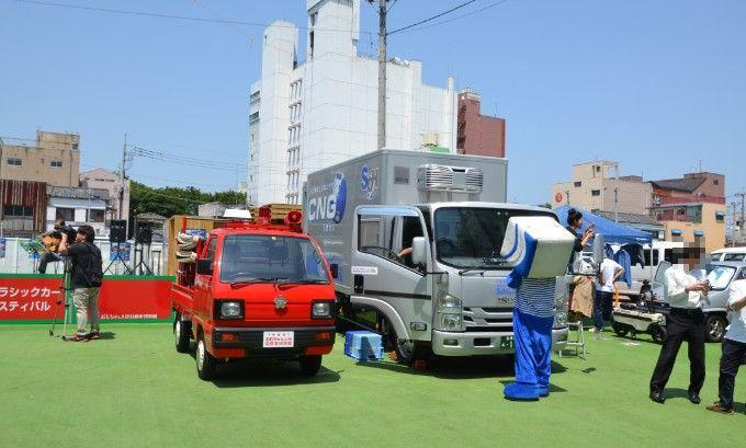消防車と佐川急便トラック