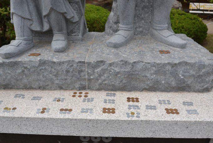 石像の足元にある六文銭