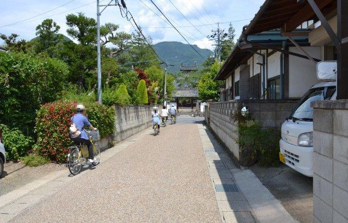 長国寺までの小道で自転車で観光をしてる人たち