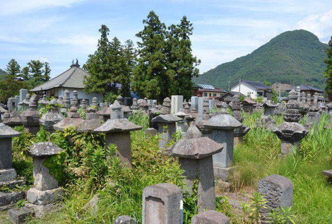 長国寺の荒れてる墓所