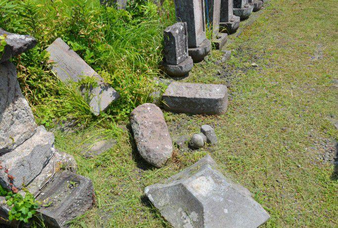 崩れてる墓石