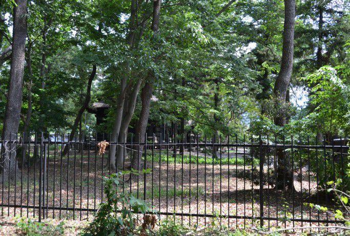 柵の外から真田信之の霊屋を見る